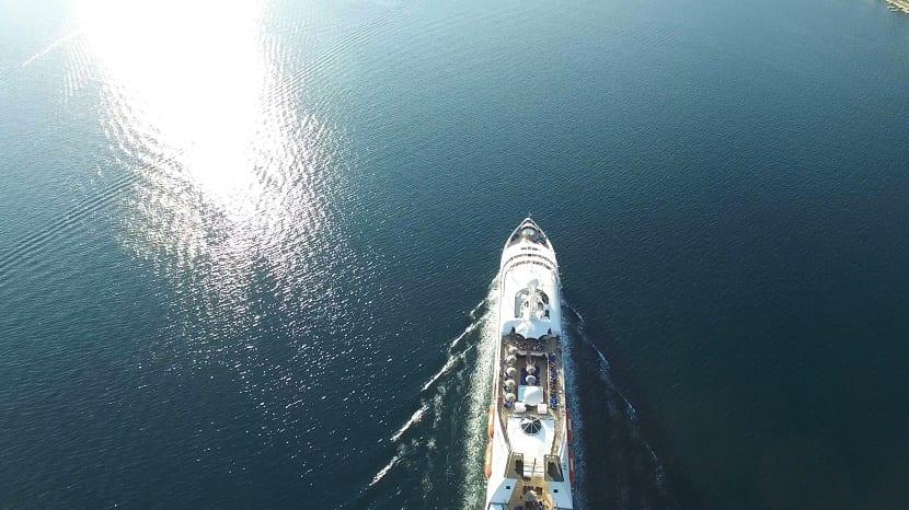 crucero surcando los mares