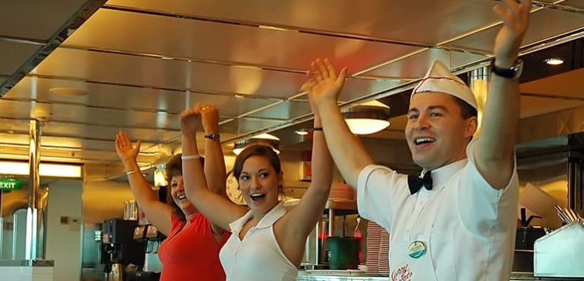 Camarero trabajando en un crucero