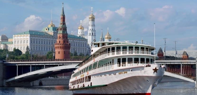 El crucero MS Princesa Anabella a través de un río en su paso por Rusia