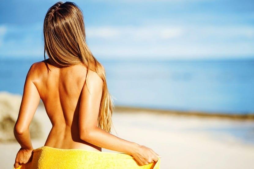 Chica en un crucero nudista