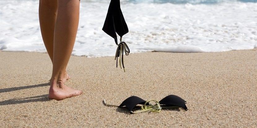 Crucero nudista con escala en la playa