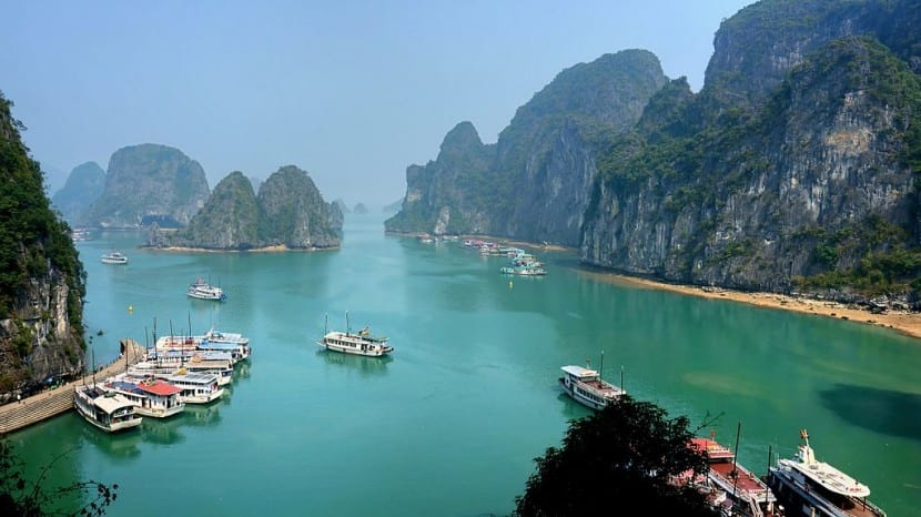 Ha_Long_Bay_on_a_sunny_day